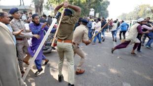 Des policiers frappent des manifestants qui protestent contre l'amendement de la loi sur la citoyenneté à Ahmedabad, ce jeudi 19 décembre 2019.