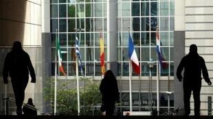 Два традиционных тяжеловеса правоцентристы из«Европейской народной партии»(ЕНП) илевоцентристы из«Прогрессивного альянса социалистов идемократов» теряют большинство в Европарламенте