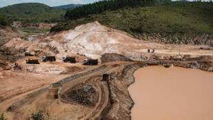Obras na barragem de Mariana, no Estado de Minas Gerais, um ano depois do pior acidente ambiental no Brasil.