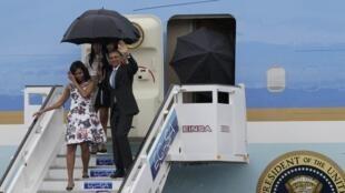 Le président américain Barack Obama à son arrivée à Cuba, avec sa femme Michelle et ses filles, le 20 mars 2016.