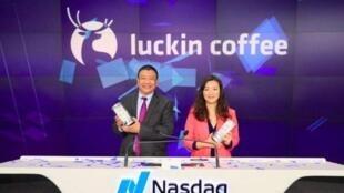 瑞幸咖啡董事长陆正耀与公司创始人钱治亚资料图片
