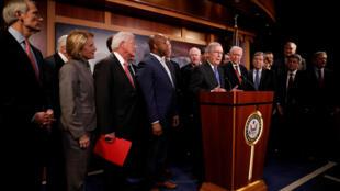 Lãnh đạo phe đa số tại Thượng Viện Mitch McConnell, cùng các nghị sĩ Cộng Hòa, trả lời họp báo về việc phê chuẩn dự luật thuế tại Quốc Hội, 20/12/2017.
