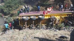 Picha ikionyesha tukio la ajali lilitokea leo Mkoani Mbeya, Kusini Magharibi mwa Tanzania