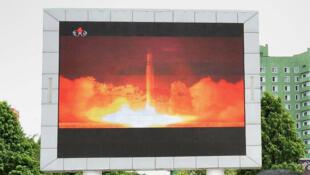 Người dân Bình Nhưỡng theo dõi vụ một vụ phóng thử tên lửa liên lục địa của quân đội Bắc Triều Tiên, ngày 29/07/2017.