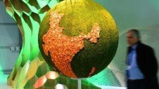 Maquete simbólica do planeta Terra em 6 de novembro de 2017, durante a Conferência do Clima COP23 em Bonn, na Alemanha.