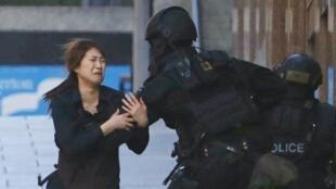 Одна из заложниц, которой удалось поникуть здание. Сидней, 15/12/2014