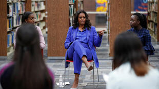 Michelle Obama a débuté la promotion de son livre à la Whitney M. Young Magnet High School à Chicago, le 12 novembre.