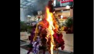中国抵制洋节:某商店的圣诞树被抢走烧毁2018年12月