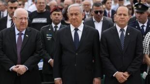 O presidente israelense, Reuven Rivlin (à esq.), o premiê Benjamin Netanyahu e o ex-prefeito de Jerusalém, Nir Barkat, durante as cerimônias em memória do Holocausto, em 2 de maio de 2019.