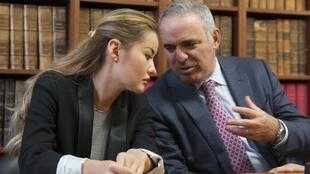 Garry Kasparov (R) and Kazakh oligarch Mukhtar Ablyazov's daughter Madina at the press conference in Paris on Thursday