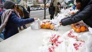 Des distributions alimentaires ont eu lieu à New York pour venir en aide aux plus démunies le 28 mars 2020.