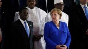 Shugabar gwamnatin Jamus, Angela Merkel tare da shugabannin kasashen Afrika da suka hada da, Teodoro Obiang Nguema na Equatorial Guinea, Mahamadou Issoufou na Nijar, da kuma Ibrahim Boubacar Keita na kasar Mali yayin taro karo na 5 na kungiyar AU a Abidjan