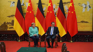 """صدراعظم آلمان آنگلا مرکل و نخست وزیر چین """"لی که چیانگ""""، پیش از آغاز جلسه رسمی نشست در پکن. جمعه ١۵ شهریور/ ۶ سپتامبر ٢٠۱٩."""