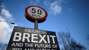 Biển thông báo một sự kiện liên quan đến Brexit ở ngôi làng biên giới Muff (Ailen) trên đường đi từ Donegal (Cộng Hòa Ailen) đến Londonderry (Bắc Ailen).