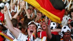 Alemães vibram com os 7 x1 da Alemanha sobre o Brasil nas semifinais da Copa nesta terça-feira (8).