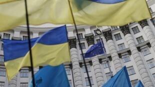 Drapeaux ukrainiens, et drapeau de l'UE lors d'un rassemblement à Kiev le 15 Octobre 2014.