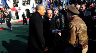 Barack Obama, François Hollande greet a US veteran at the White House, 11 Feb.