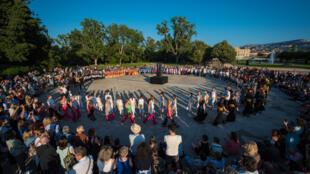 Le Sacre du Printemps à Marseille est l'un des spectacles proposé dans le cadre du Festival de Marseille, dans le Parc Borély, face à la mer: 20 groupes amateurs participent au spectacle.