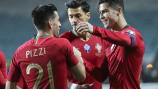 Cristiano Ronaldo (direita), capitão da Selecção Portuguesa, festeja o triunfo de Portugal por 6-0 frente à Lituânia.