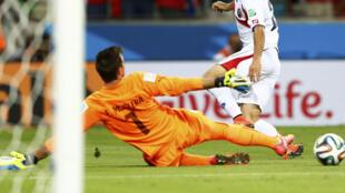 Le milieu de terrain Costaricain Marco Urena inscrit le 3e but face à Fernando Muslera, le coup de grâce pour l'Uruguay.