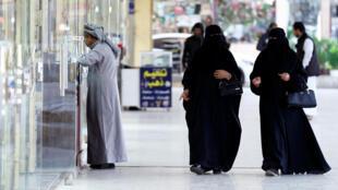 Des Saoudiennes déambulant dans un marché de Riyad.