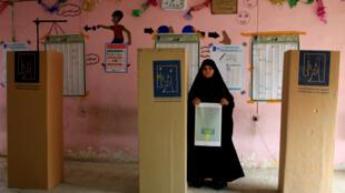 Жительница Ирака на избирательном участке в пригороде Багдада, 12 мая 2018 года.