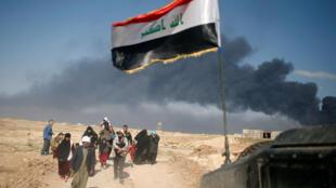Iraquianos se deslocam durante combate entre as forças que lutam contra militantes do grupo Estado islâmico, no oeste de Mossul, no Iraque, em 7 de março de 2017.