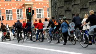 Ciclistas nas ruas de Copenhague.