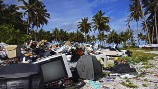 Televisores e computadores apodrecem em praia.