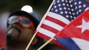 Chờ đợi phút giây lịch sử : một cảnh trước Đại sứ quán Cuba ở Washington, trước lễ kéo cờ đầu tiên, ngày 20/07/2015.