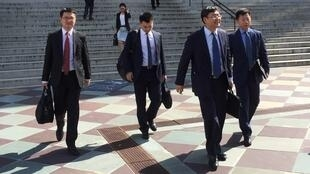 Các thành viên của đoàn đàm phán thương mại Trung Quốc rời bộ Tài Chính Mỹ, sau hai ngày thương lượng, Washington DC, 23/08/2018.