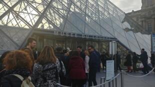 Visitantes esperaram menos de dez minutos para entrar na exposição de Leonardo Da Vinci nesta sexta-feira (25)