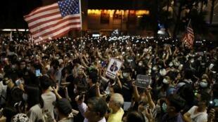 Người biểu tình Hồng Kông giương cờ Mỹ kêu gọi chính quyền Washington ủng hộ phong trào phản kháng, ngày 14/10/2019.