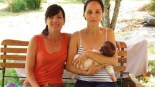 Gabriela e sua filha Justine ao lado da doula Pascale Gendreau