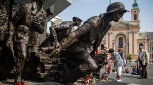 Tượng đài ở thủ đô Vacxava tưởng nhớ đến cuộc Chiến tranh thế giới thứ 2.