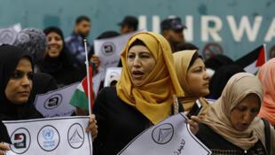 Манифестация палестинских женщин перед бюро БАПОР в секторе Газа