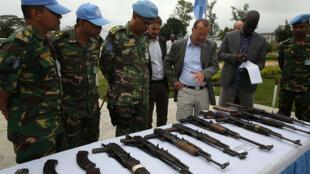 Bunia, district de l'Ituri, RD Congo : Le représentant spécial du secrétaire général des Nations unies en RDC inspecte les armes saisies par la MONUSCO et les FARDC lors des affrontements avec les FRPI.