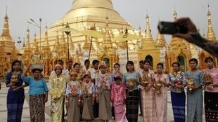 Visitantes posam para foto em um pagode de Rangum nesta terça-feira, depois que a vitória da oposição nas eleições de domingo foi reconhecida pelo governo.