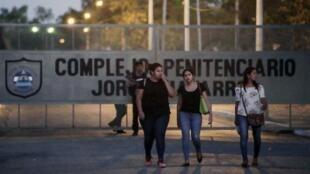 """Familiares de detenidos fuera de la prisión """"Jorge Navarro"""" conocida como La Modelo, Tipitapa, Managua 26 de febrero de 2019."""
