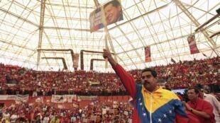 O presidente interino Nicolás Maduro saúda seus partidários durante um comício neste sábado, 30 de março de 2013.