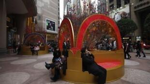 中国游客在香港时代广场购物。摄于2012年2月2日。