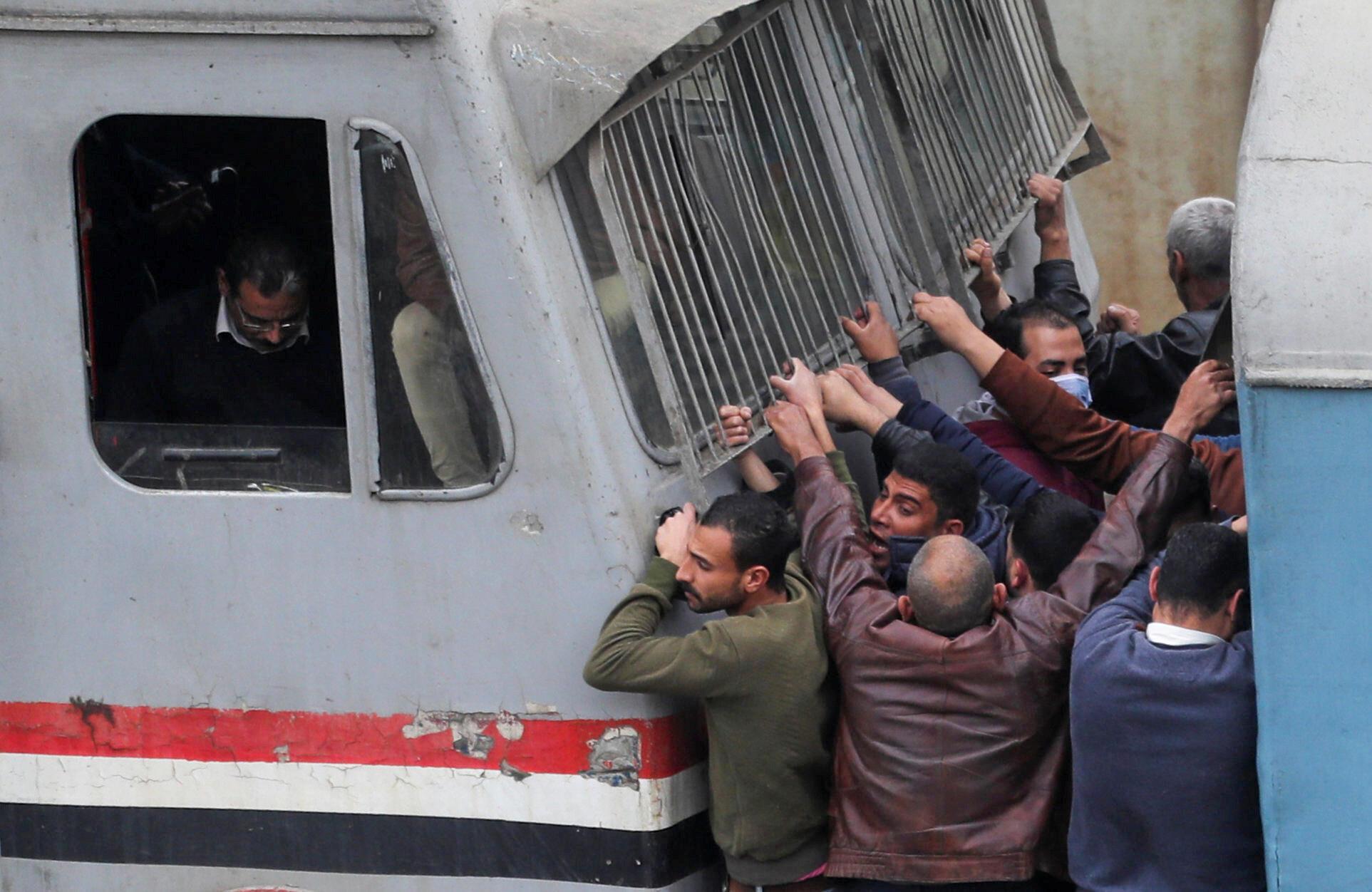Переполненный поезд в пригороде Каира, Египет. 26 марта 2020
