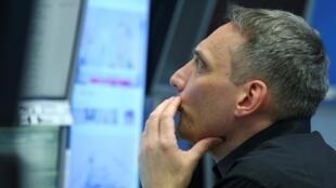 Um trader da Bolsa de Valores de Frankfurt, na Alemanha.