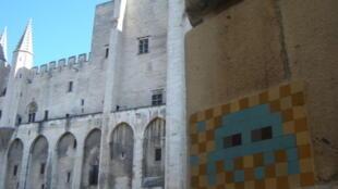 Un Invader dans la cour du Palais des papes, à Avignon.