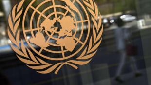 Logo de las Naciones Unidas en su sede, Nueva York.