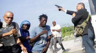 Le sénateur Jean Marie Ralph Féthière ouvre le feu devant le Sénat, à Port-au-Prince, le 23 septembre 2019.