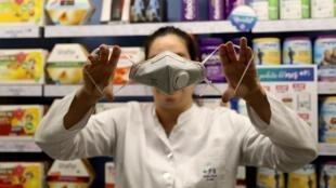 Máscara do tipo FFP2, destinada aos profissionais de saúde em contato direto com pacientes infectados pelo coronavírus.
