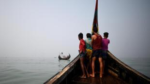 Des réfugiés rohingyas photographiés dans le golfe du Bengale, près de Cox's Bazar, au Bangladesh, en mars 2018.