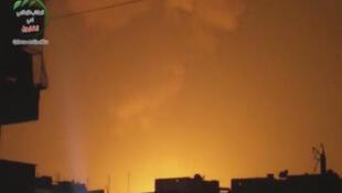 Imagen de la televisión oficial siria, con el cielo encendido por las explosiones de esta pasada madrugada.
