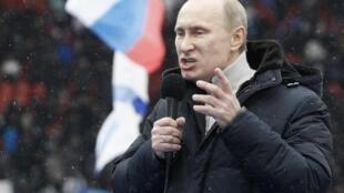O premiê russo e forte candidato às próximas eleições presidenciais na Rússia, Vladimir Putin, durante evento no estádio Luzhniki, em Moscou, nesta quinta-feira.